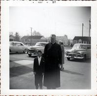 Photo Carrée Originale B.B. USA - Curé & Enfant Posant Devant De Belles Automobiles Américaines à Identifier En 1957 - Automobiles