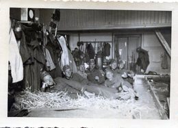 Photo De Soldat Allemand Allongé Dans Le Foin Avec Leurs Matériel En 39-45 - Krieg, Militär