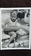 PHOTO  FILLETTE TORSE NU AVEC BOUEE PISCINE DE MER AZENHAS DE MAR JUILLET 1962    FORMAT 9 PAR 12.5  CM - Persone Anonimi