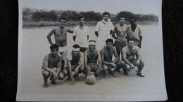 PHOTO  D UNE EQUIPE DE FOOTBALL JOUEUR TORSE NU ANGOLA ? PORTUGAIS    FORMAT 9  PAR 12  CM - Personnes Anonymes