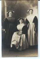 CARTE PHOTO Vers 1910 - 3 FEMMES En Costume Et Coiffe Du Morbihan - Francia