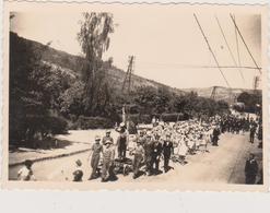 57 - SIERCK - PHOTO 85 X 60 - DEFILE LE 13.05.1945 - MANNEQUIN DE HITLER A LA POTENCE - Autres Communes