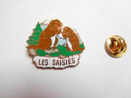 Superbe Pin's En EGF , Station De Ski Les Saisies , Marmotte , Savoie , Signé Alpes Trophées - Villes