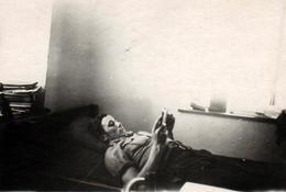 Photo Originale Lecture & Lecteur De Livre Allongé Sur Son Lit Avec Légende Dos Vers 1940 - Personnes Anonymes