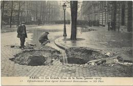PARIS  CRUE DE LA SEINE   EFFONDREMONT D'UN EGOUT     (  ECRITE  1910) - Inondations