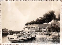 Photo Originale Bateau Vapeur à La Cheminée Fumante Vers 1940 - Tourisme Fluvial & Port Allemand à Identifier - Boten