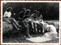 Amusante Photo Originale Autour De La Lecture & Bande De Jeunes Couples à Chacun Son Livre En Forêt Vers 1950/60 - Personnes Anonymes