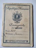WW2 - PASSEPORT FRANÇAIS DÉLIVRÉ POUR L' ALLEMAGNE - 1943 - Préfecture Du Rhône -  Cachets - Visas - BE - Documents Historiques