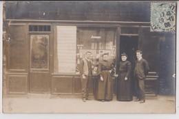 """CARTE PHOTO : SALON DE COIFFURE - MAISON """" JOUBERT """" - COIFFEUR - BARBE & TAILLE - ECRITE 1905 DE PARIS 14éme - R/V - - Postcards"""