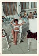 Photo Couleur Originale B.B. Portrait De Femme Pin-Up Maillot De Bain Blanc Sur Transat Filaire Blanc Vers 1970 - Pin-up