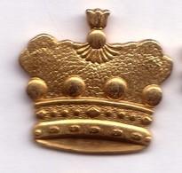 D332 Pin's Doré épiphanie Couronne Roi Dorée Superbe 26 Mm X 24 Mm Achat Immédiat - Alimentation