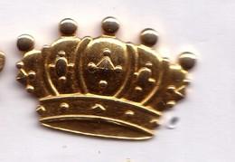 D333 Pin's Doré épiphanie Couronne Roi Dorée Superbe 30 Mm X 20 Mm Achat Immédiat - Alimentation