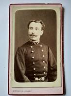 CDV Portrait Militaire ? - Voir Col Avec étoile Et Ceinture Métal Uniforme à Identifier - Photo Ayrolles/Jouanny DÔLE - War, Military