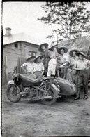 Photo De Soldats Francais Posant Avec Leurs Side Car En Indochine ( Colonie Francaise ) - Guerre, Militaire