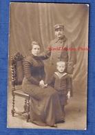 CPA Photo - Beau Portrait De Famille D'un Douanier , Sa Femme & Son Enfant - Période WW1 Soldat Poilu Douane - Guerre 1914-18