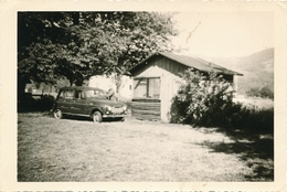 Snapshot Homme Avec Voiture Ancienne Renault R4 Cabane En Bois Car Vintage - Automobili
