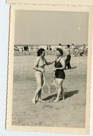 Femme Woman Pin-up 40s Beach Plage Jeu Tennis Raquettes Maillot Swimsuit 1947 - Personnes Anonymes
