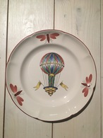 Assiette En Porcelaine De St Clément Représentant Une Montgolfière (245 X 25 Mm) - Piatti