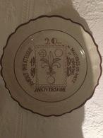 Assiette En Porcelaine De Di Stéfano (1989) : Amicale De Maizières Les Metz 20° Anniversaire (235 X 30 Mm) - Piatti