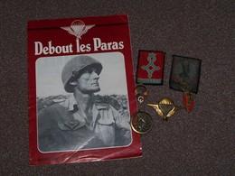"""Lot D'insignes Divers De Parachutiste Avec Revue .."""" Debout Les Paras """" ... - Otros"""
