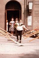 Photo Couleur Originale B.B. Haie D'Honneur De Pagaies Pour Mariés, Le Mari Portant Sa Mariée Dans Les Bras Vers 1960 - Anonyme Personen