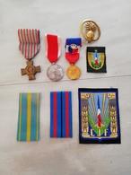 11420  LOT ECUSSONS TISSUS + RUBAN14CM ET DECORATIONS MILITAIRES OU CIVILES - Militaria