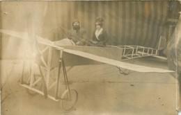 Carte Photo De 2 Personnes Prises Dans Un Avion Monoplan Vers 1910 - Aviation Air Plane - Aviation