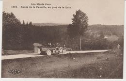 CPA LES MONTS DU JURA (39) ROUTE DE LA FAUCILLE, AU PIED DE LA DÔLE - ANIMEE - AUTOCAR - France