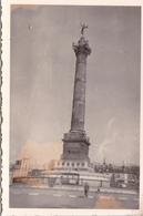 PHOTO ORIGINALE 39 / 45 WW2 WEHRMACHT PARIS MAI 41 PLACE DE LA BASTILLE  SOLDAT ALLEMAND DEVANT LA COLONNE DE JUILLET - Guerre, Militaire