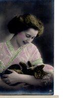 CPA   - Jeune Femme Avecun Chemisier Perlé  Et  Un Chat Dans Les Bras     - écrite  - - Donne