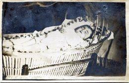 Carte Photo D'un Petit Enfant Décédé Reposant Les Main Jointe Sur Sont Ventre Dans Sont Couffin - Personas Anónimos