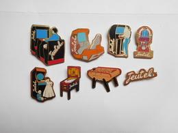 Série De 8 Pin's Différents , Jeutel , Jeux , Billard , Flipper , Jukebox , Babyfoot - Jeux