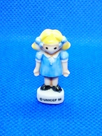 Fève UNICEF 1996_ PETITE FILLE Blonde En Robe Bleu TTB - Personen