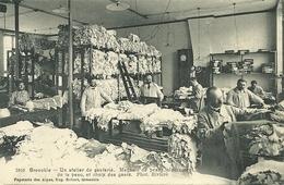 GRENOBLE  - Un Atelier De Ganterie - Grenoble