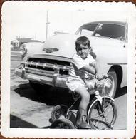 Photo Carrée Originale USA - Nez De Chevrolet Bel Air 1952 & Gamin Sur Son Tricycle Vers 1950 - Voiture Américaine - Automobiles