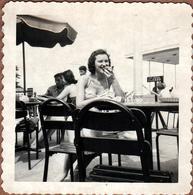Photo Carrée Originale USA 1950's - Jolie Pin-Up Américaine Sexy & Gourmande En Terrasse De Café & Parasols De Plage - Pin-up