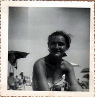 Photo Carrée Originale USA 1950's Portrait De Pin-Up Sexy En Maillot De Bain à La Plage En Mode Bronzage - Pin-up