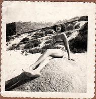 Photo Carrée Originale USA 1950's Superposition & Pin-Up Américaine Adolescente Sexy En Maillot De Bain Sur Un Rocher - Pin-Ups