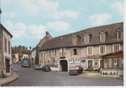 CPSM Tauves - Le Carrefour Et La Route De Clermont (avec Voitures Années 60 : 2 CV, Renault 4 L, Peugeot 404 Et Camion) - Altri Comuni