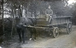 Carte Photo D'un Soldat Francais Souriant Assis Sur Sont Chariot Tiré Par Un Cheval Sur Une Route De Foret - Guerre, Militaire