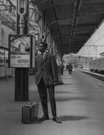 Cliché Positif Pour Héliogravure Etudiant ? Africain En Gare De Namur. Photo Père Vincent De Decker Vivante Afrique - Lugares