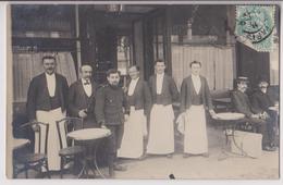 CARTE PHOTO : CAFE - BRASSERIE - MUNICH GUSTINERBRAU (VITRINE GAUCHE) - BIERE - SERVEURS - ECRITE PARIS 1906 -z R/V Z- - Te Identificeren