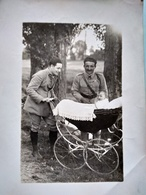 Photographie Ancienne Deux Militaires Et Un Bébé Dans Son Landau - BE - Guerra, Militari