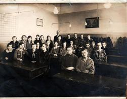 Grande Photo Originale Scolaire Et Groupe De Collégiennes & Professeur En Salle De Classe 1927 - Lustres Globes Verre - Personnes Identifiées