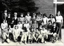 Photo Originale Scolaire Et Groupe D'écoliers Mixte En Extérieur Vers 1970 - Personnes Anonymes