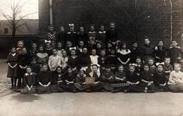 Carte Photo Originale Scolaire Et Groupe D'écolières Dans La Cour De Récréation De L'école De Filles En 1920 - Personnes Anonymes