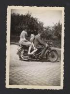 HOMME FEMME ET ENFANT SUR ANCIEN MOTO * GEZIN OP OUDE MOTO * SNAPSHOT * 8.5 X 6 CM - Automobile