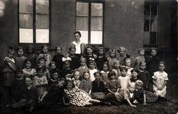 Carte Photo Originale Scolaire Groupe D'écolières Dans La Cour De Récréation Vers 1910/20 - Noeuds Dans Les Cheveux - Personnes Anonymes