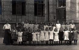 Carte Photo Originale Scolaire Groupe D'écolières Dans La Cour De Récréation De L'école Ecole De Filles, Années 1910 - Personnes Anonymes