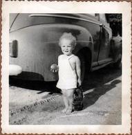 Amusante Photo Carrée Originale B.B. USA Fillette à La Boule & Peluche Au Cul D'une Automobile Américaine Vers 1950 - Automobiles
